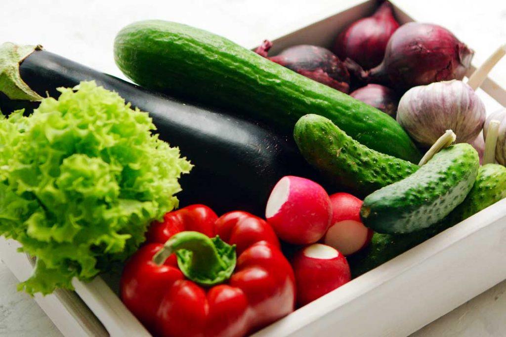 Comer al menos 5 raciones entre frutas y hortalizas al día
