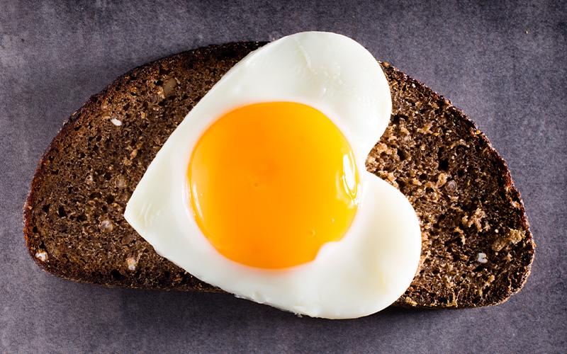 Forma correcta de comer huevo